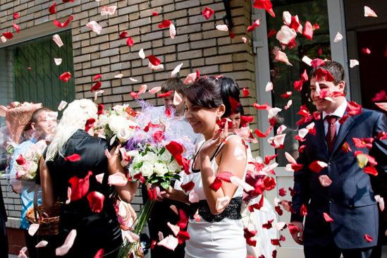 Чем на свадьбу обсыпают молодых на свадьбе
