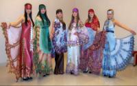 Каждый костюм украшен индивидуальной композицией резного кружева...