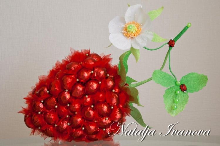 Аппетитная ягодка из конфет своими руками. Ручная работа