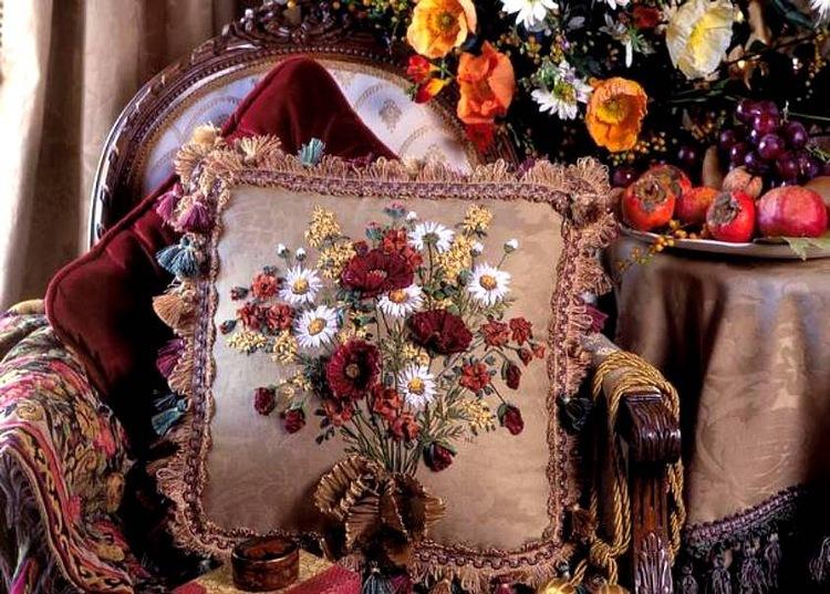 Именно в эти времена во Франции и появилась вышивка шелковыми лентами.  Сначала знатные дамы стали украшать...
