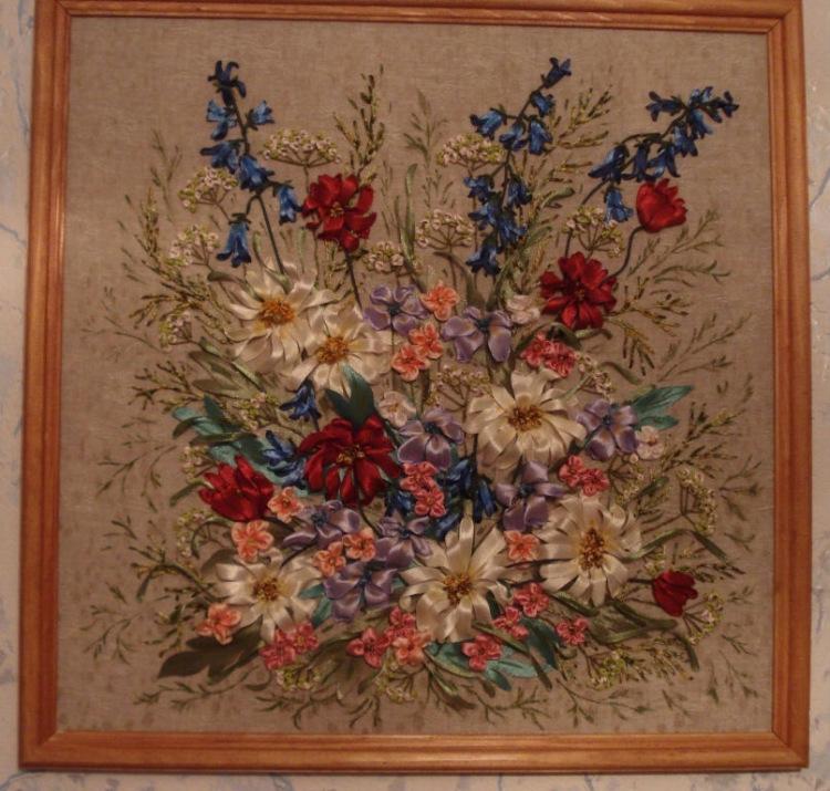 """Работа называется  """"Полевые цветы """".  Ленты атласные 3, 7, 25 мм, использована пряжа меланж, ирис, шнур..."""