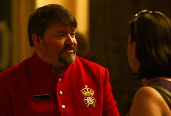 Хэмптон-Корт. Сотрудник дворца в характерной форме.