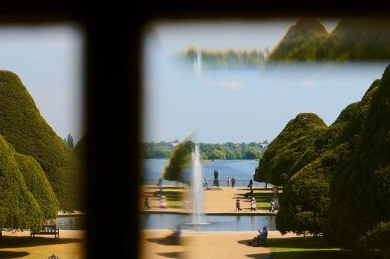 Хэмптон-Корт.  Вид на парк через грани оконных стекол.