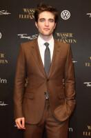 Последний в коричневом костюме от Gucci усиленно жег лицом, традиционно...