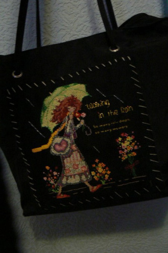 ...сумки - это вышивка.  На сумке можно вышить бисером или гладью.