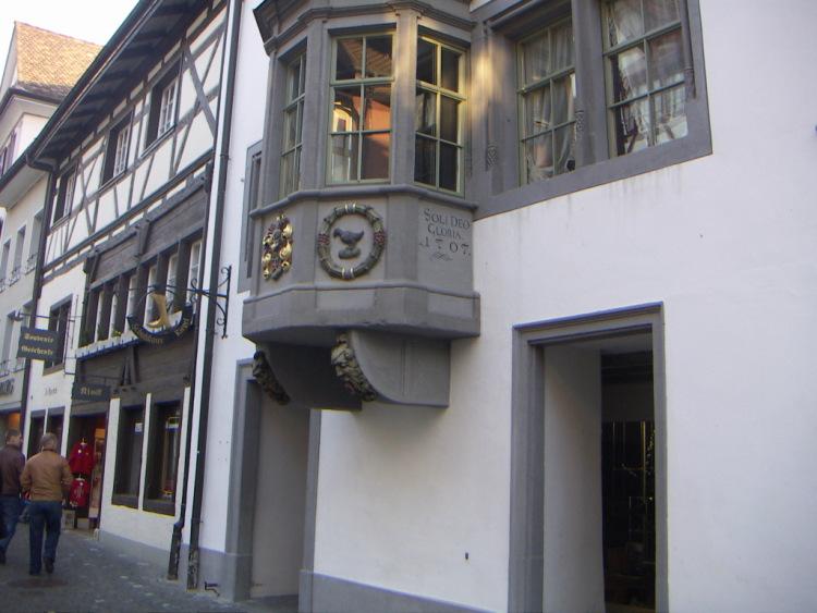 Маленькие городки Восточной Швейцарии. Под воздействием окружающей их гармонии, что представляемые городки должны запомниться их посетителям, готика и … тишина…