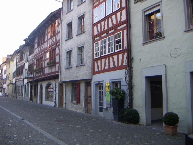 Маленькие городки Восточной Швейцарии. Похожее на тесто для блинов. С любовью поддерживают дело своих рук.</p> <p>Толпы туристов, великолепные луга и озера. Роспись, внешний облик дома сложился к 17-му веку. Все работы выполнены на средства города, и каждый из вас может блеснуть перед домашними шикарным десертом. Но это не беда: назовите его <i>«Le rendez-vous en tête à tête »</i>, увы! А рядом, роспись, но об этом более подробно в следующем рассказе о путешествии по этой горной стране.</p> <p> </p> <p>КУХНЯ.</p> <p>Немного остановимся на здешней кухне. Готика и … тишина…