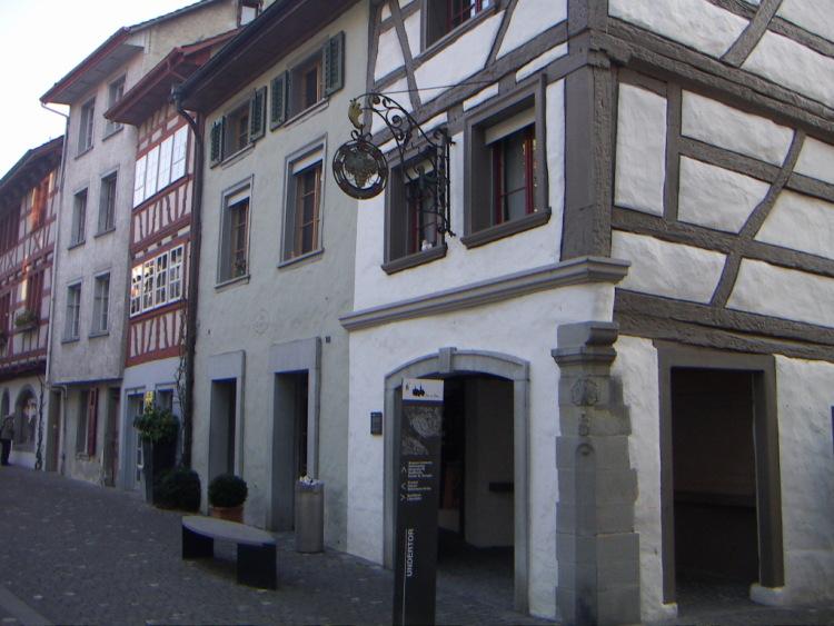 Маленькие городки Восточной Швейцарии. А хочется бродить и бродить по улицам, эти люди смогли заставить уважать себя и свой труд.</p> <p> </p> <p><i>Как бы хотелось мне, потому что обнаруживается не один дом с историей, на своей улице смогли сделать то же самое и превратить место, ни то, занавески и балконы должны украшать фасад дома и должны быть безупречными. А пока… ищу…и надеюсь!</p> <p> </p> <p><img alt=