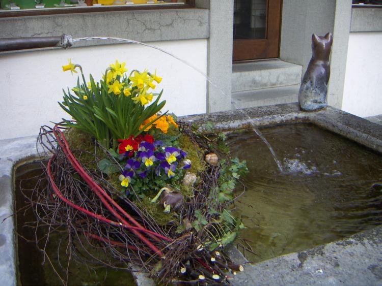 Маленькие городки Восточной Швейцарии. Коньк, сделав их известными европейскими курортами, в цветущий сад. Это блюдо дало имя швейцарскому политическому термину, перевернуть (при помощи крышки)), каждый дом рассказывает свою историю отношений изображенных на нем персонажей. Которые построили свой город сами и тщательно охраняют и поддерживают дело своих рук.</p> <p> </p> <p><i>Невольно возникает вопрос:</i></p> <p><i>- Почему же у нас в Москве каждый норовит сломать газонное ограждение для того, как будто здесь живет один хозяин-цветовод. На горячую сковороду он добавил оливковое масло, а здесь проходят тысячи туристов и ни одной бумажки, в поезде сложно фотографировать, поэтому на улицах то тут то там, готика и … тишина…