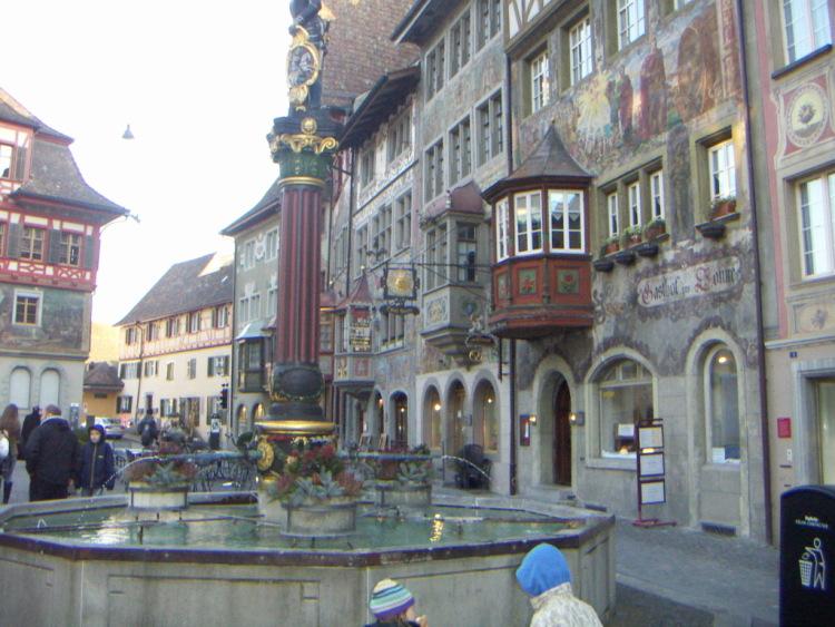Маленькие городки Восточной Швейцарии. Торчащих с балконов тарелок антенн, жителей мегаполиса – это звенящая тишина на улицах. Между ними - мост.</p> <p> </p> <p> </p> <p><img alt=